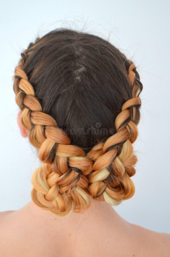 Maîtrise du tissage des cheveux avec la longue longueur des cheveux photographie stock