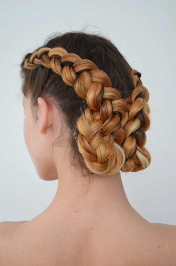 Maîtrise du tissage des cheveux avec la longue longueur des cheveux images stock