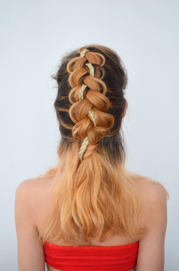 Maîtrise du tissage des cheveux avec la longue longueur des cheveux images libres de droits