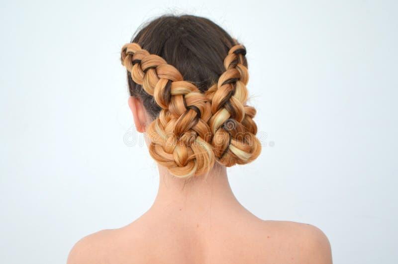 Maîtrise du tissage des cheveux avec la longue longueur des cheveux photographie stock libre de droits