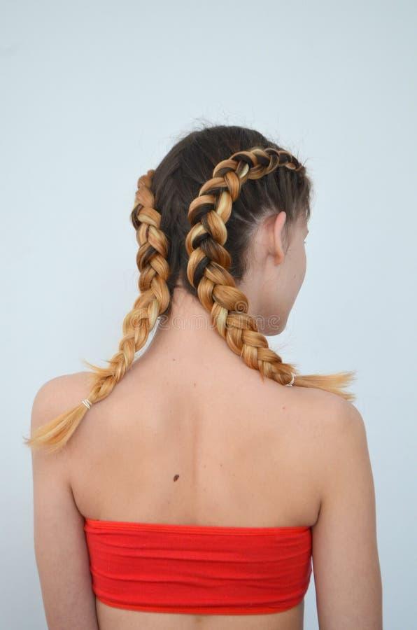 Maîtrise du tissage des cheveux avec la longue longueur des cheveux photo libre de droits
