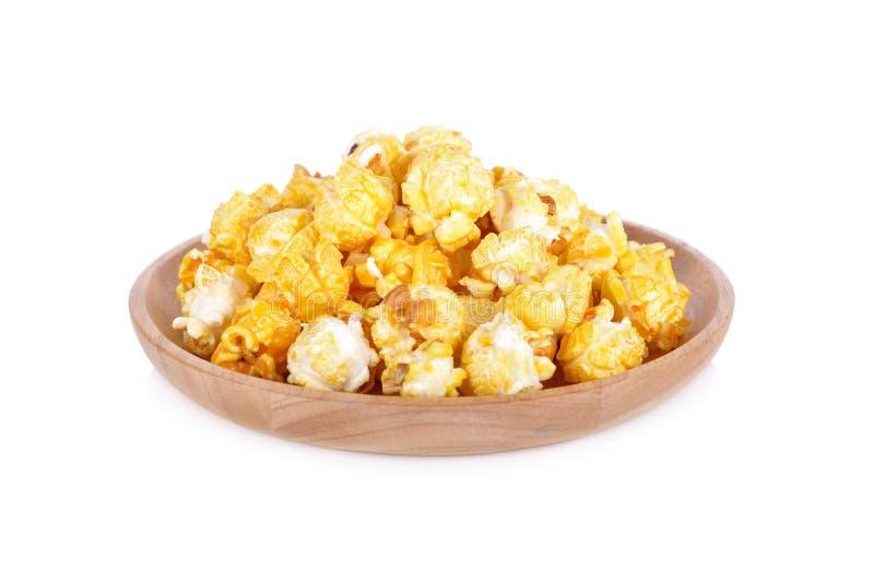 Maïs éclaté avec des saveurs de beurre de plat en bois avec le backgroun blanc image stock