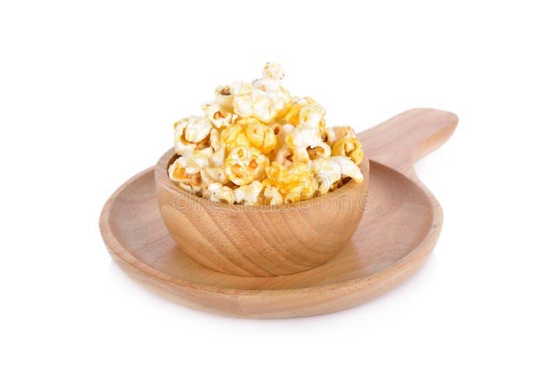 Maïs éclaté avec des saveurs de beurre sur la cuvette en bois avec le blanc photographie stock libre de droits
