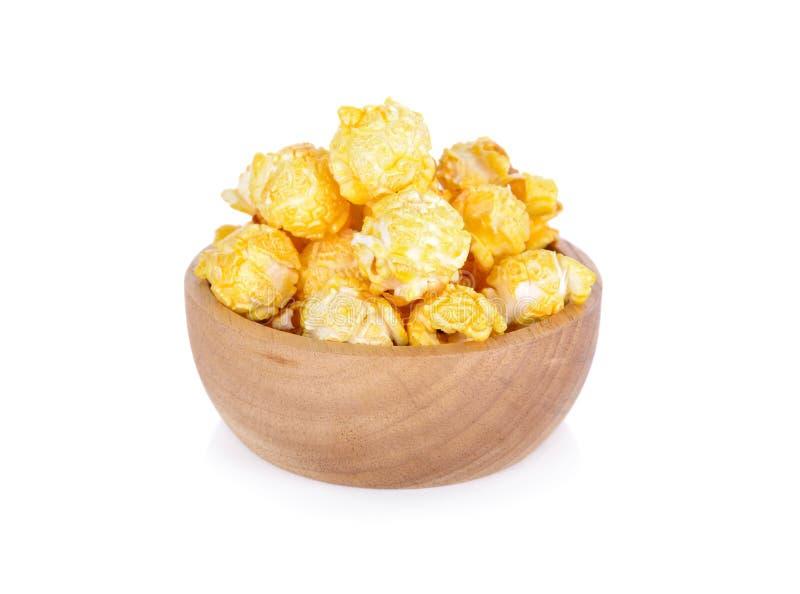 Maïs éclaté avec des saveurs de beurre sur la cuvette en bois avec le fond blanc image libre de droits