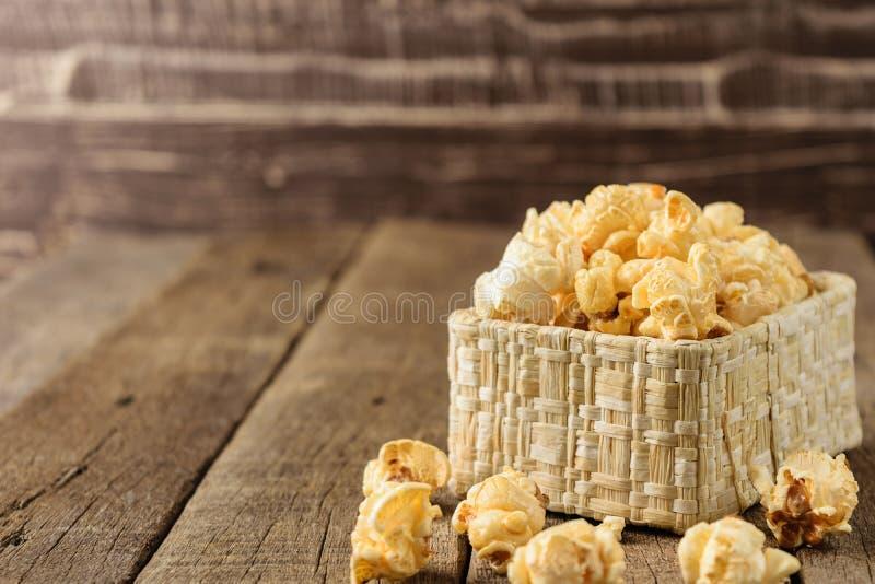 Download Maïs éclaté Dans Les Paniers En Osier Sur Le Woodbackground De Table Image stock - Image du carbohydrates, gourmet: 87703789
