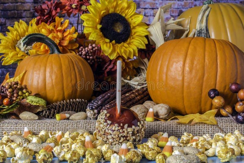 Maïs éclaté de caramel d'Apple de sucrerie et potirons oranges photo stock