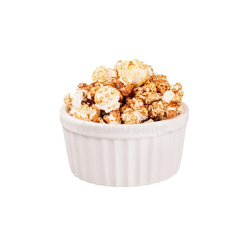 Maïs éclaté de chocolat avec dans la cuvette blanche de céramique d'isolement sur le fond blanc Calibre d'aliments de préparation photographie stock libre de droits