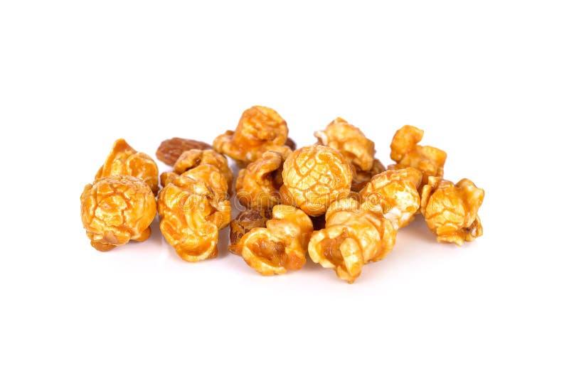 Maïs éclaté doux de caramel de beurre avec l'amande sur le fond blanc photos stock