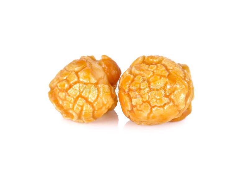 Maïs éclaté doux de caramel de beurre sur le fond blanc photographie stock libre de droits