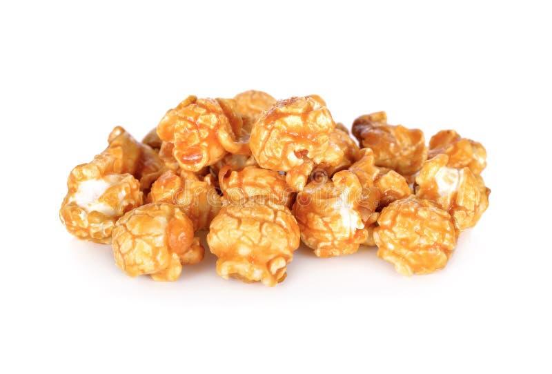 Maïs éclaté doux de caramel de beurre sur le fond blanc photographie stock