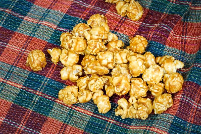 Maïs éclaté doux et croquant délicieux de caramel photo stock