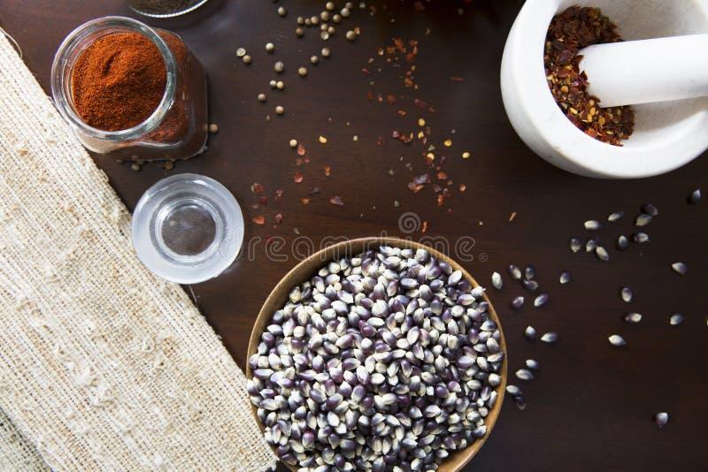 Maïs éclaté et épices chaudes photo libre de droits