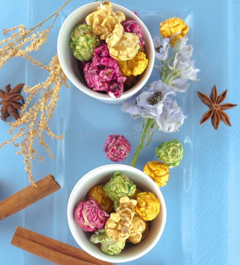 Maïs éclaté frais dans la cuvette jaune sur la table en bois blanche Foyer sélectif photos libres de droits