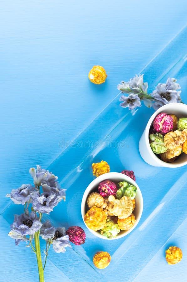 Maïs éclaté frais dans la cuvette jaune sur la table en bois blanche Foyer sélectif image stock