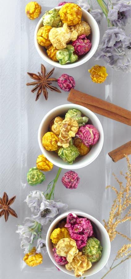 Maïs éclaté frais dans la cuvette jaune sur la table en bois blanche Foyer sélectif photos stock