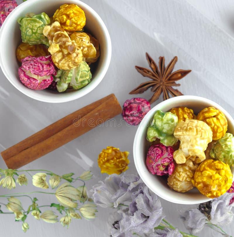 Maïs éclaté frais dans la cuvette jaune sur la table en bois blanche Foyer sélectif photographie stock