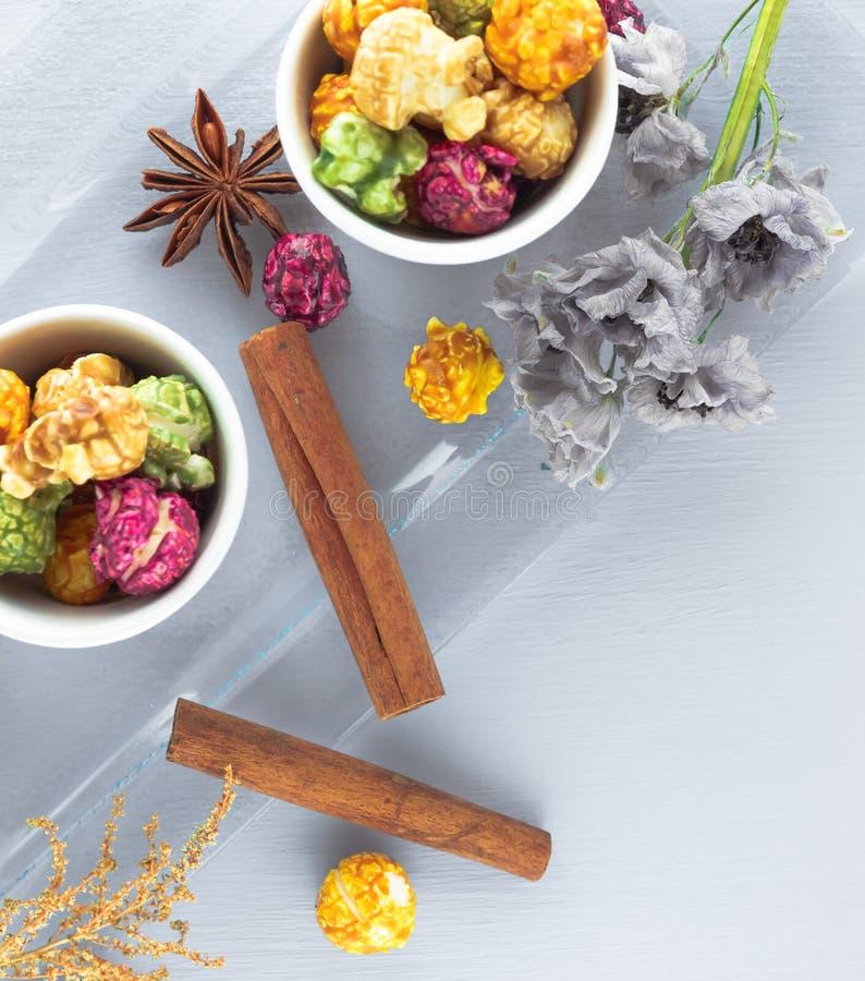 Maïs éclaté frais dans la cuvette jaune sur la table en bois blanche Foyer sélectif images stock