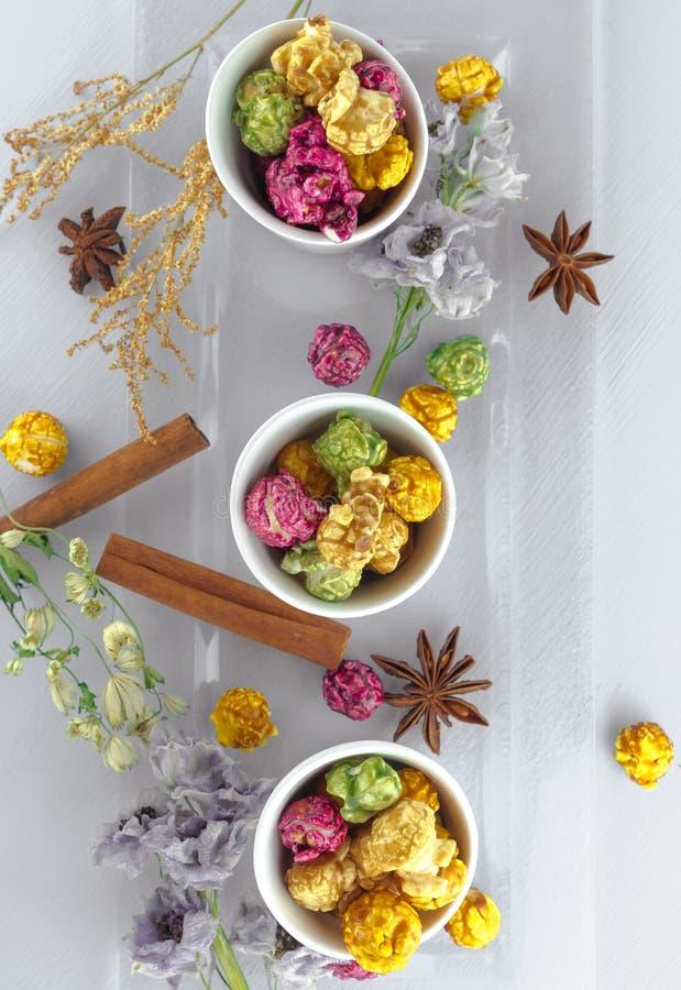Maïs éclaté frais dans la cuvette jaune sur la table en bois blanche Foyer sélectif photographie stock libre de droits