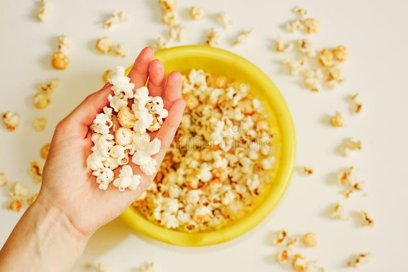 Maïs éclaté salé savoureux dans la cuvette sur le fond blanc Configuration plate de bol de maïs de bruit Vue supérieure Maïs-fin  photos libres de droits