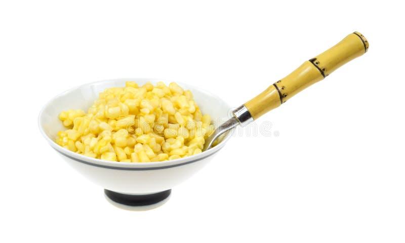 Maïs beurré dans la cuvette avec la cuillère photographie stock