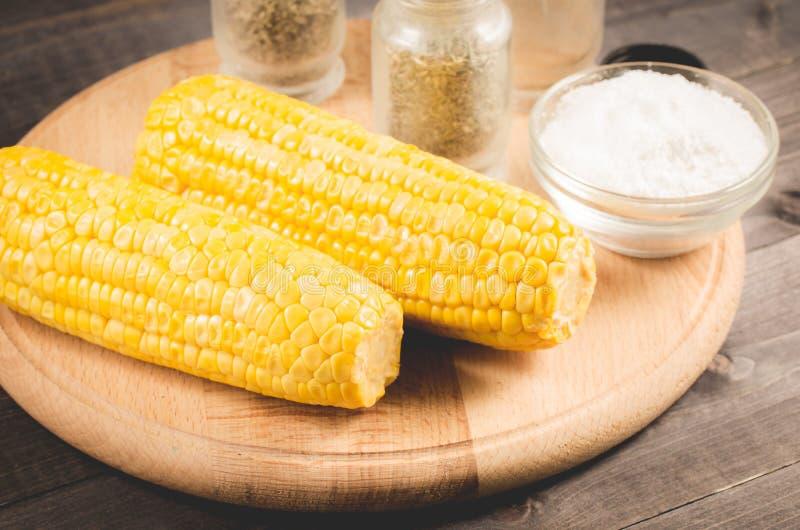 maïs bouilli avec du sel sur un fond en bois Fin vers le haut Sain image libre de droits