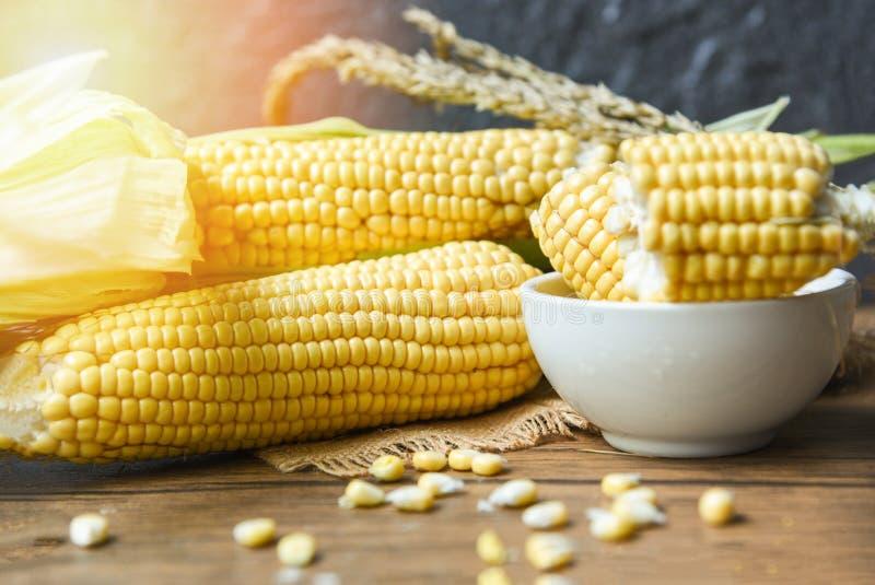 Maïs frais sur les épis et le fond en bois rustique de table d'oreilles de maïs photos stock