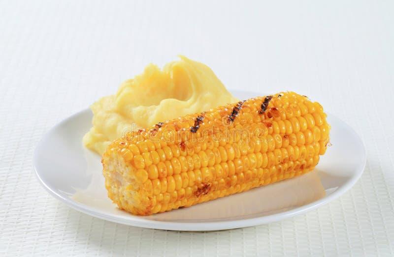 Maïs grillé avec de la purée de pommes de terre photographie stock