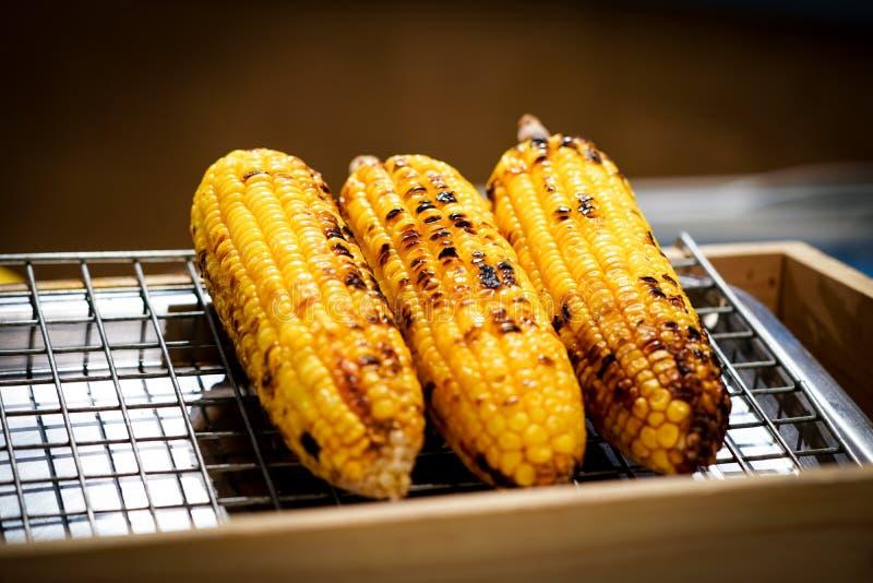 Maïs grillé sur le gril photos stock