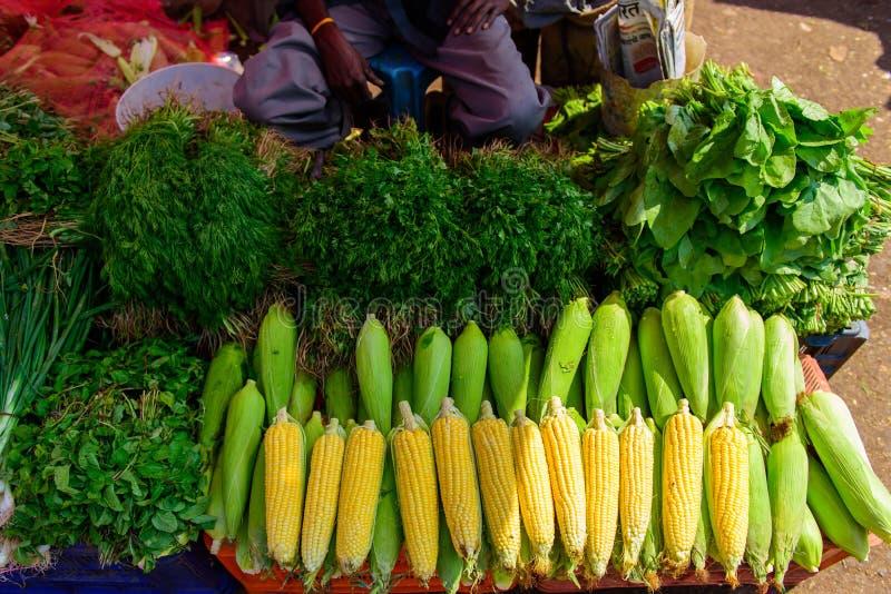 Maïs mûr dans les gouttes de l'eau et un grand choix de verts en gros plan Marché végétal d'agriculteur local en Asie Compteur av images stock