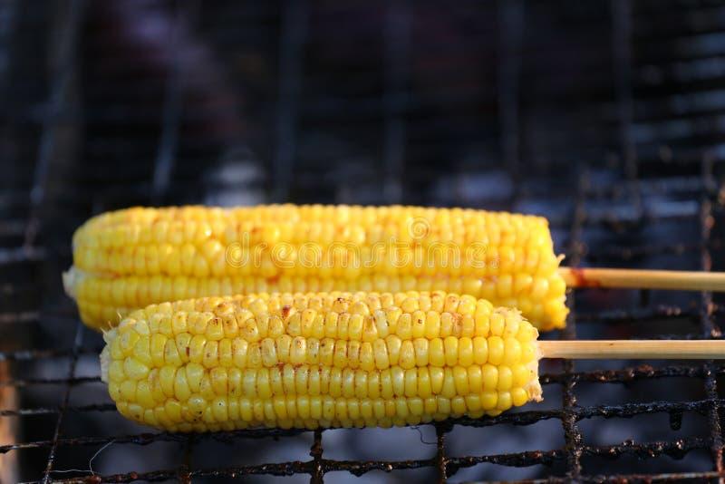 Maïs sur le BBQ photographie stock libre de droits