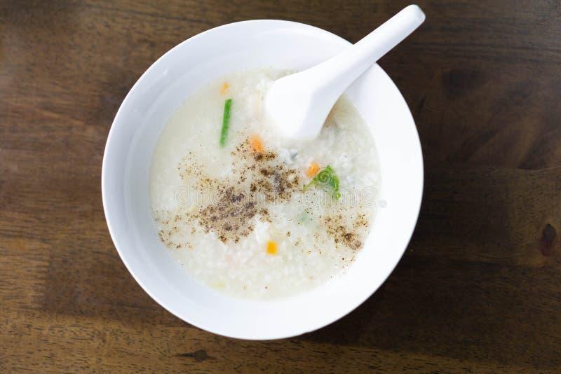 Maïsmeelpap van de close-up de hoogste mening of gekookte rijst in witte kom, ochtendbrea royalty-vrije stock fotografie