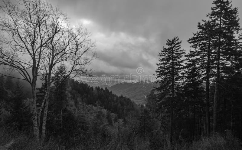 Mañana ahumada de la montaña imagenes de archivo