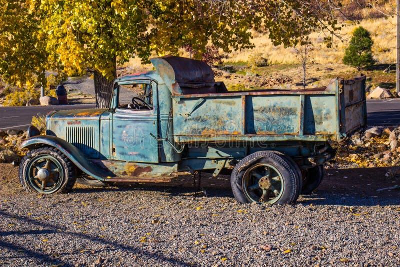 Mañana antigua de Rusty Dump Truck In Early foto de archivo