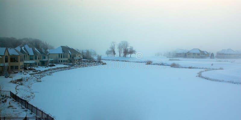 Mañana brumosa del invierno en un campo de golf congelado. imagen de archivo libre de regalías
