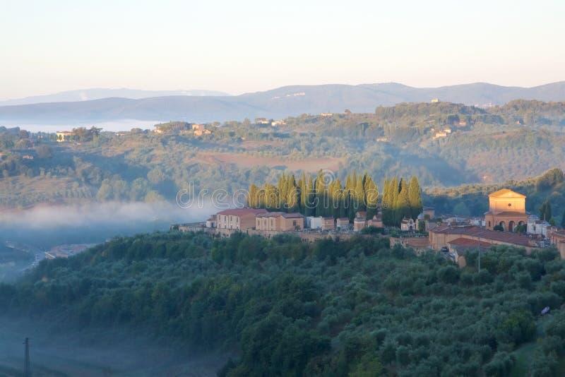 Mañana brumosa en Toscana foto de archivo