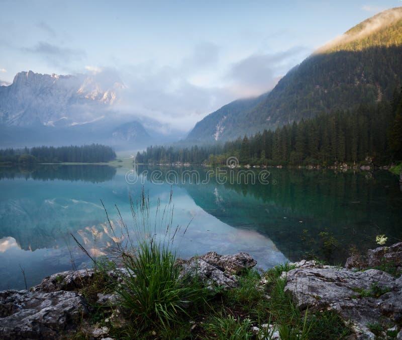 Mañana brumosa hermosa en un lago alpino imagen de archivo libre de regalías