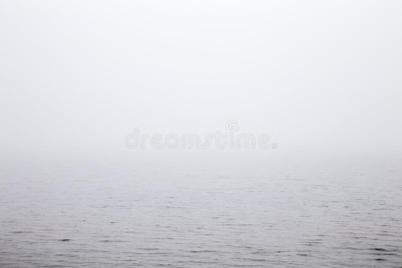 Mañana brumosa sobre el lago fotografía de archivo libre de regalías