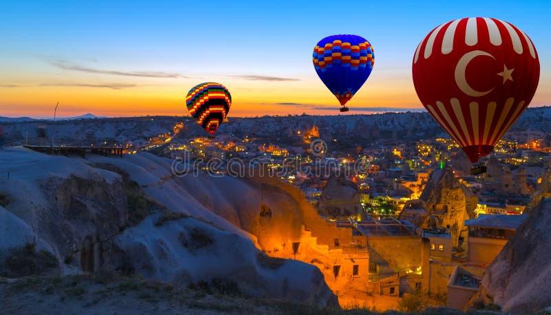 Mañana Cappadocia Turquía del globo del aire caliente foto de archivo libre de regalías
