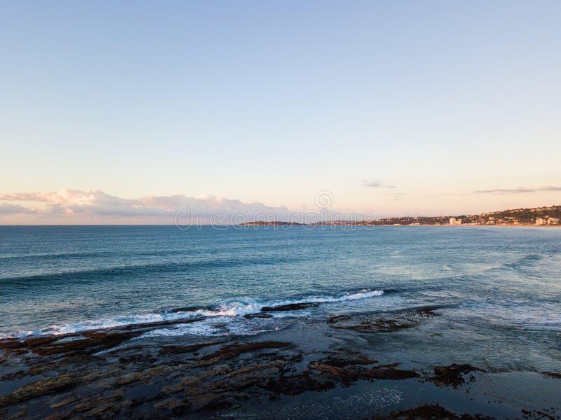 Mañana clara en la playa fotos de archivo