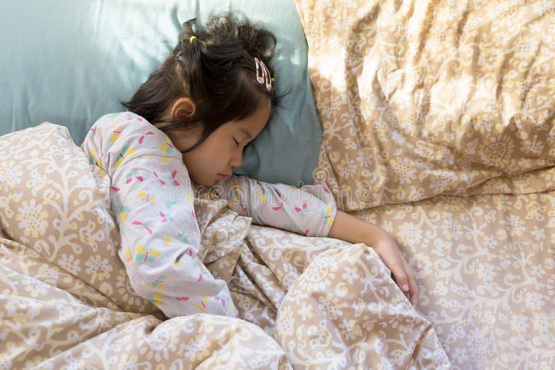 mañana combinada adorable de la luz del sol de la cama del sueño asiático de la muchacha 6s imágenes de archivo libres de regalías