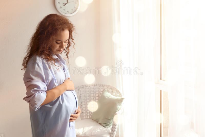 Mañana de la mujer afroamericana embarazada hermosa en casa fotografía de archivo libre de regalías