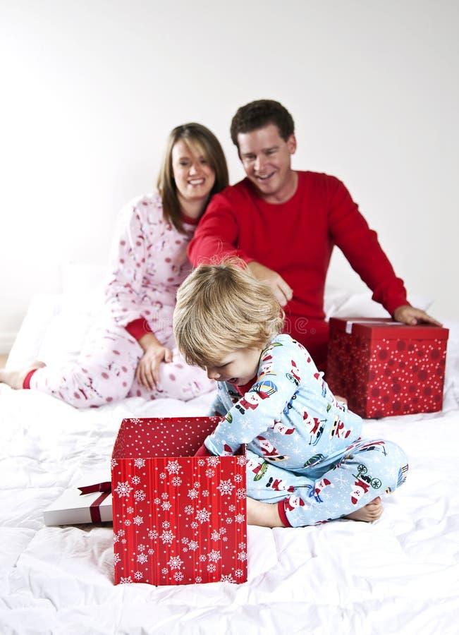 Mañana de la Navidad de la familia foto de archivo libre de regalías