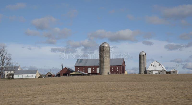 Mañana de la primavera en la granja fotos de archivo
