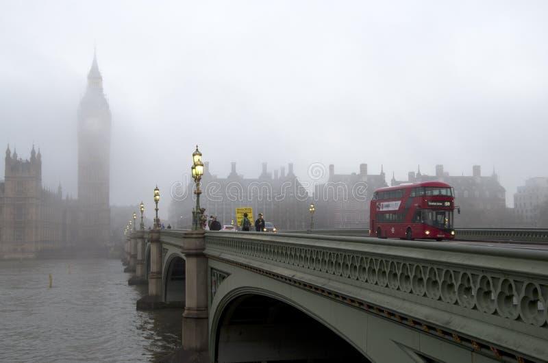 Mañana de Londres en niebla imagenes de archivo