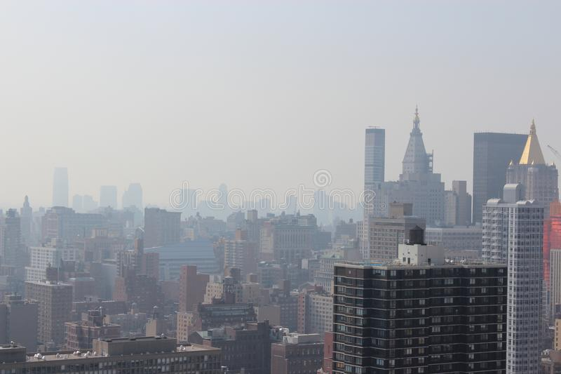 Mañana de New York City en una niebla imagen de archivo