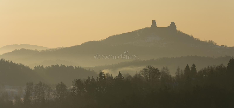 Mañana de niebla con ruinas del castillo imagenes de archivo
