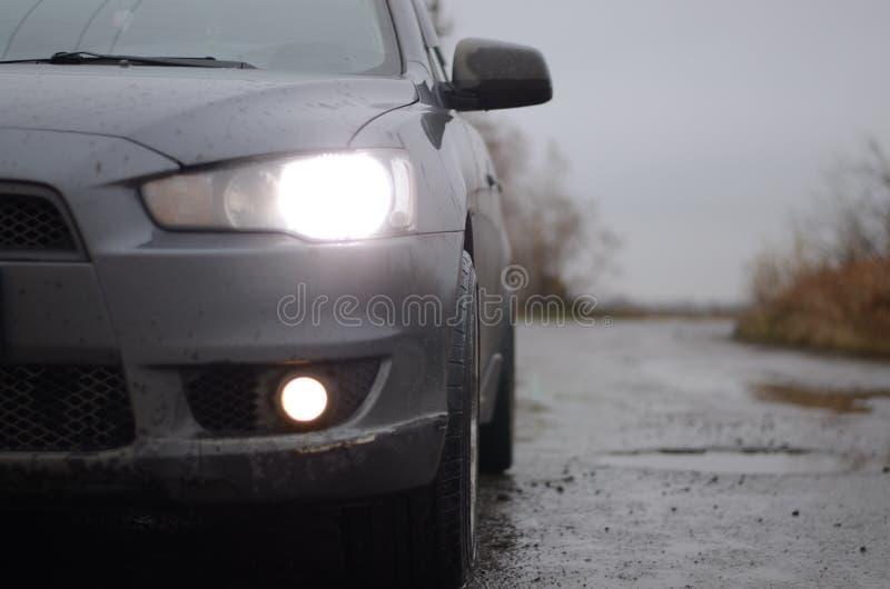 Mañana de niebla del coche imagen de archivo