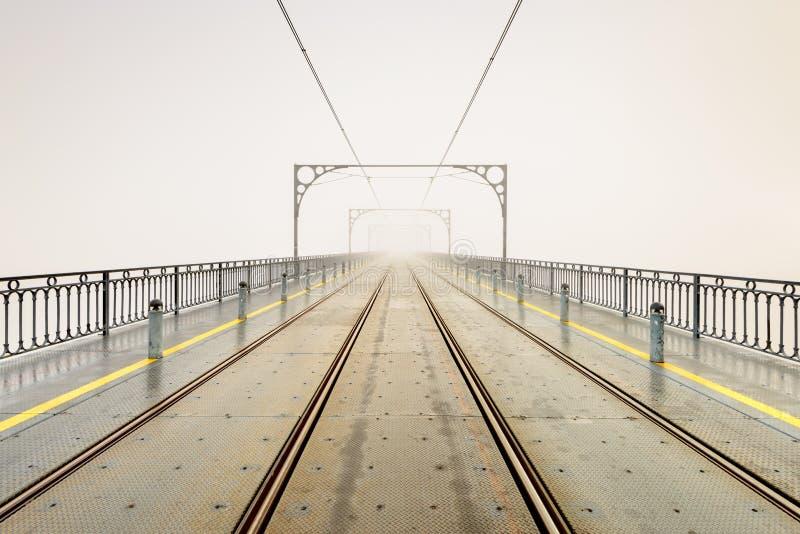Mañana de niebla en Dom Luis Bridge en la ciudad de Oporto imagenes de archivo
