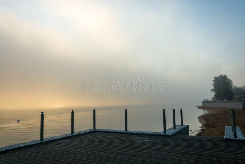 Mañana de niebla en el río Volga foto de archivo