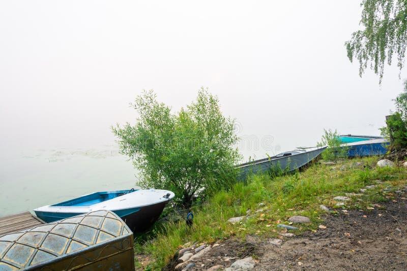 Mañana de niebla en el río Volga fotos de archivo
